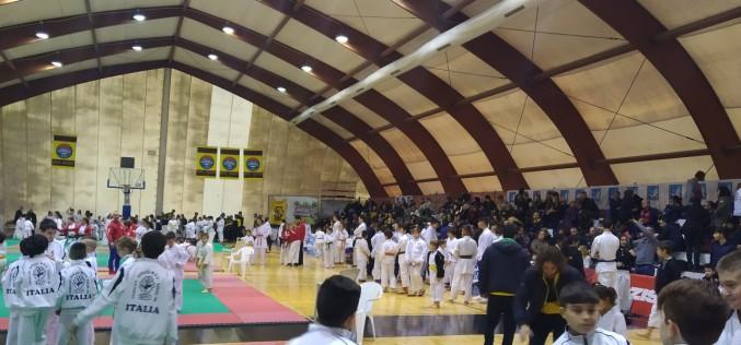350 atleti e 1.000 spettatori alla prima gara di karate organizzata dal Team Camera